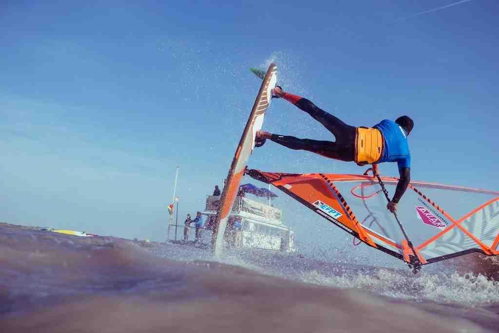 Le windsurfer et producteur vidéo britannique Adam Sim est le nouveau propriétaire de l'European Freestyle Pro Tour (EFTP).