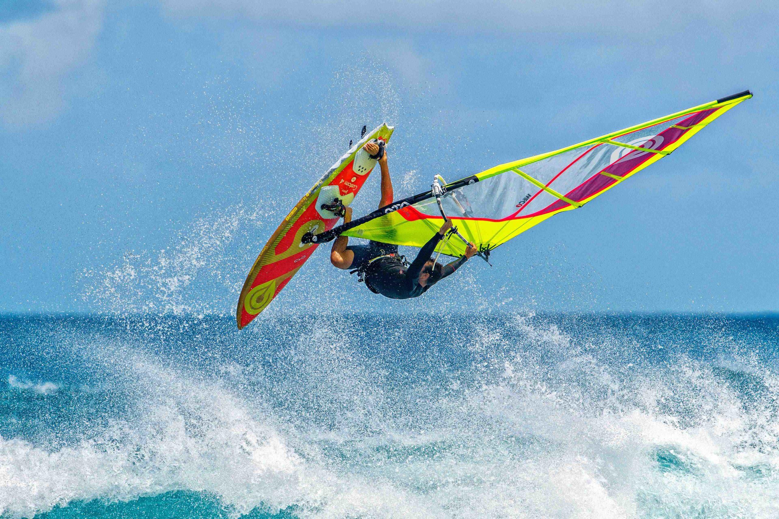 La planche à voile est un sport nautique passionnant. Apprenez à naviguer sur une planche à voile. Découvrez le cours de planche à voile original de Windjammer pour les débutants.